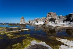 Piles de mer de Gotlands images stock