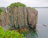 Piles de mer sur la côte canadienne photos stock