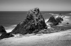 Piles de mer sur la côte d'Oreogn Photo libre de droits
