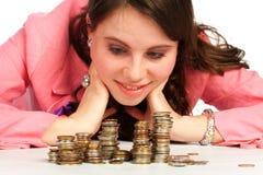 Piles de observation d'une femme de pièces de monnaie Photos libres de droits