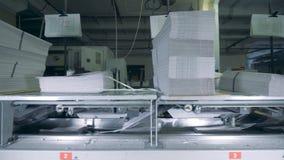 Piles de papier à un bureau d'impression, fin  banque de vidéos