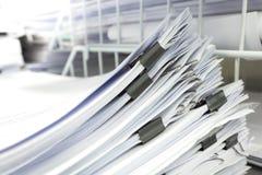 Piles de papier dans le bureau Photos stock