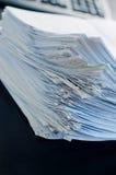 Piles de papier sur la table de bureau photos stock