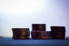 Piles de pièces d'or sur le fond blanc Images stock