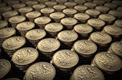 Piles de pièces de monnaie d'une livre Photographie stock libre de droits