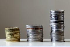Piles de pièces de monnaie dans l'ordre croissant Images stock