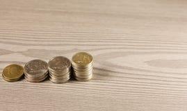 Piles de pièces de monnaie dans la forme de l'échelle Image libre de droits