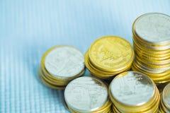 Piles de pièces de monnaie avec l'espace de copie pour des affaires et le conce financier Image stock