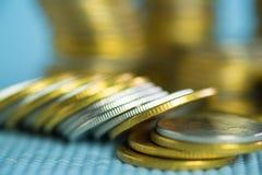 Piles de pièces de monnaie avec l'espace de copie pour des affaires et le conce financier Images stock