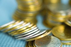 Piles de pièces de monnaie avec l'espace de copie pour des affaires et le conce financier Photo libre de droits
