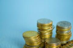 Piles de pièces de monnaie avec l'espace de copie pour des affaires et le conce financier Photographie stock libre de droits