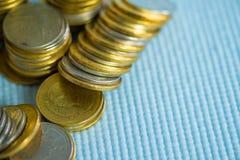 Piles de pièces de monnaie avec l'espace de copie pour des affaires et le conce financier Photos stock