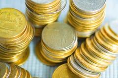 Piles de pièces de monnaie avec l'espace de copie pour des affaires et le conce financier Photo stock