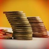 Piles de pièces de monnaie d'euro et d'eurocents blanc de métaphore d'isolement par affaires Images stock