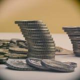 Piles de pièces de monnaie d'euro et d'eurocents blanc de métaphore d'isolement par affaires Image stock