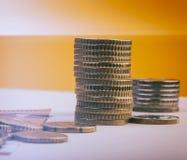 Piles de pièces de monnaie d'euro et d'eurocents Conceptuel Images stock