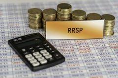 Piles de pièces de monnaie sur la feuille de calcul montrant la croissance de l'épargne de RRSP photos stock