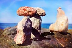 Piles de pierres équilibrées en île d'Ibiza, Espagne Image stock