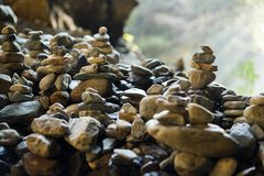 piles de pierres dans l'équilibre à extérieur Images stock
