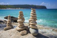 Piles de pierres dans l'équilibre à une plage Photo stock