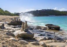 Piles de pierres dans l'équilibre à une plage Image stock