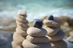 Piles de pierres dans l'équilibre à une plage Photos libres de droits