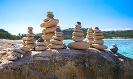 Piles de pierres dans l'équilibre à une plage Photo libre de droits