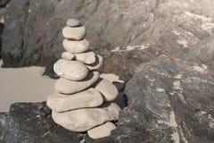 Piles de pierres dans l'équilibre à une plage Image libre de droits