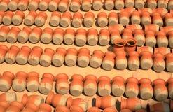 Piles de pots de fleurs d'argile à Katmandou, Népal photo stock