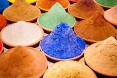 Piles de poudre de colorant de coloration de couleur sur le marché indien bleu, orange, jaune photographie stock libre de droits