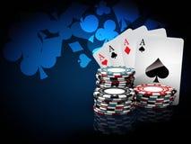 Piles de puces de casino avec des cartes de jeu illustration 3D sur le fond bleu Images stock