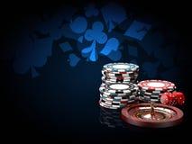 Piles de puces de casino avec la roulette et les matrices illustration 3d sur le fond noir et bleu Photos stock
