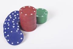Piles de puces de jeu sur le fond blanc Image libre de droits