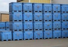Piles de récipients d'expédition bleus Photographie stock libre de droits