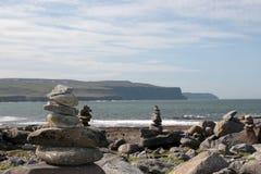 Piles de roche de plage de Doolin Image stock