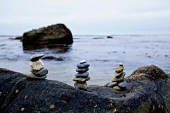 Piles de roche sur la plage Photographie stock libre de droits