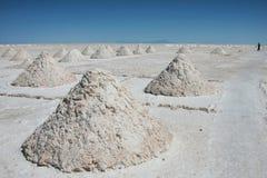 Piles de sel dans l'uyuni salar en Bolivie Photographie stock libre de droits