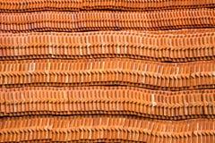 Piles de tuiles et de modèles de toit images stock
