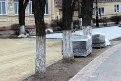 Piles de tuiles modernes avant la pose au lieu des vieilles machines à paver de rue photographie stock libre de droits