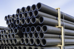 Piles de tuyau en plastique photographie stock libre de droits