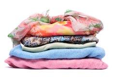 Piles de vêtements colorés par femmes Images libres de droits