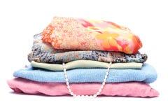 Piles de vêtements colorés par femmes Photos libres de droits