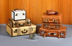 Piles de valises antiques et de flacons potables image libre de droits