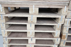 Piles de vieilles palettes en bois Photographie stock libre de droits