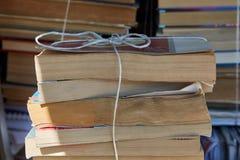 Piles de vieux livres images stock
