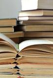 Piles de vieux livres et crayon ouverts image libre de droits