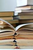 Piles de vieux livres ouverts images stock