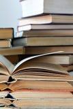 Piles de vieux livres ouverts image libre de droits