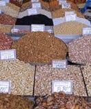 Piles des écrous et des épices colorés à un marché de nourriture image libre de droits