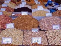 Piles des écrous et des épices colorés à un marché de nourriture images libres de droits
